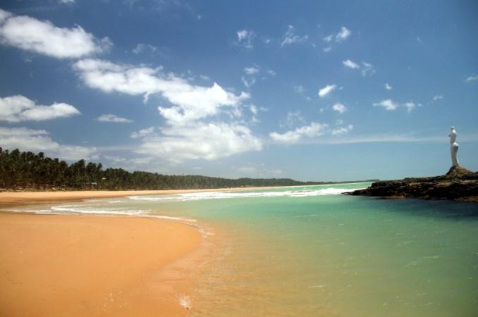 Vista da Praia da Sereia, a 17 km do centro de Maceió. Marcada por águas agitadas e correnteza forte, essa praia abriga uma piscina natural que fica entre a areia e a extensa rocha com a estátua que dá nome ao local (foto: Eduardo Vessoni)
