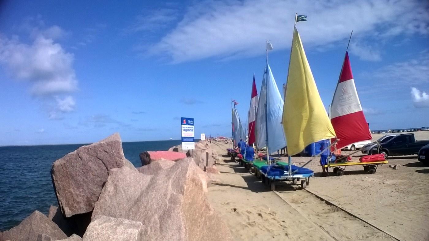 Vagonetas nos Molhes da Barra, na Praia do Cassino (foto: Commons Wikimedia.org)