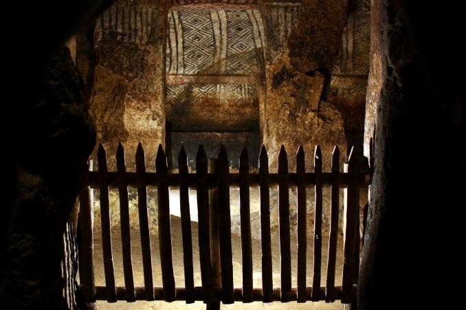 Vista interior de uma das câmaras funerárias de Tierradentro, na Colômbia (foto: Eduardo Vessoni)