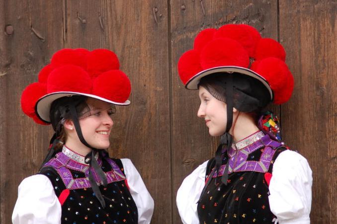 Bollenhut, típico chapéu alemão que teria inspirado o uso e cerejas nos bolos Floresta Negra (foto: blackforest-tourism.com/DIvulgação)