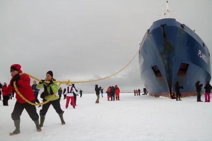 DECEPTION ISLAND (Antártica): Este é um dos destinos mais inusitados de toda a Península Antártica. Com acesso por um estreito canal de 150 metros, na baía Foster, a ilha está localizada no interior da cratera congelada de um vulcão (foto: Eduardo Vessoni)