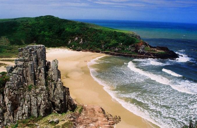 Praia vista de uma das torres naurais do destino (foto: Valdiney Pimenta/Flickr-Creative Commons)