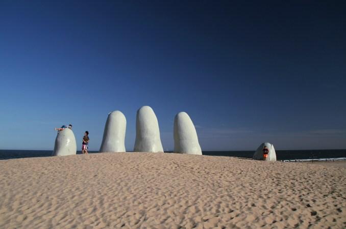 Monumento Los Dedos, na praia Brava, em Punta del Este, no Uruguai (foto: Eduardo Vessoni)