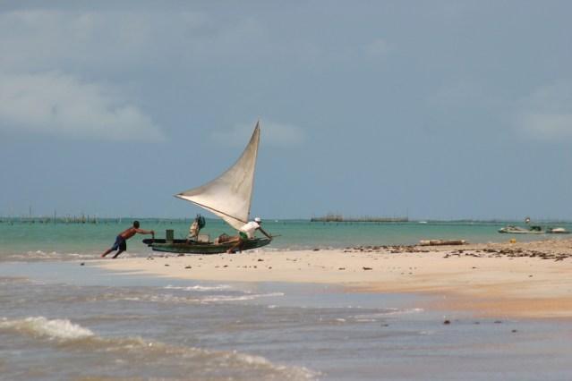 Principal praia da vila dos pescadores, a São Miguel dos Milagres é muito frequentada pelos moradores