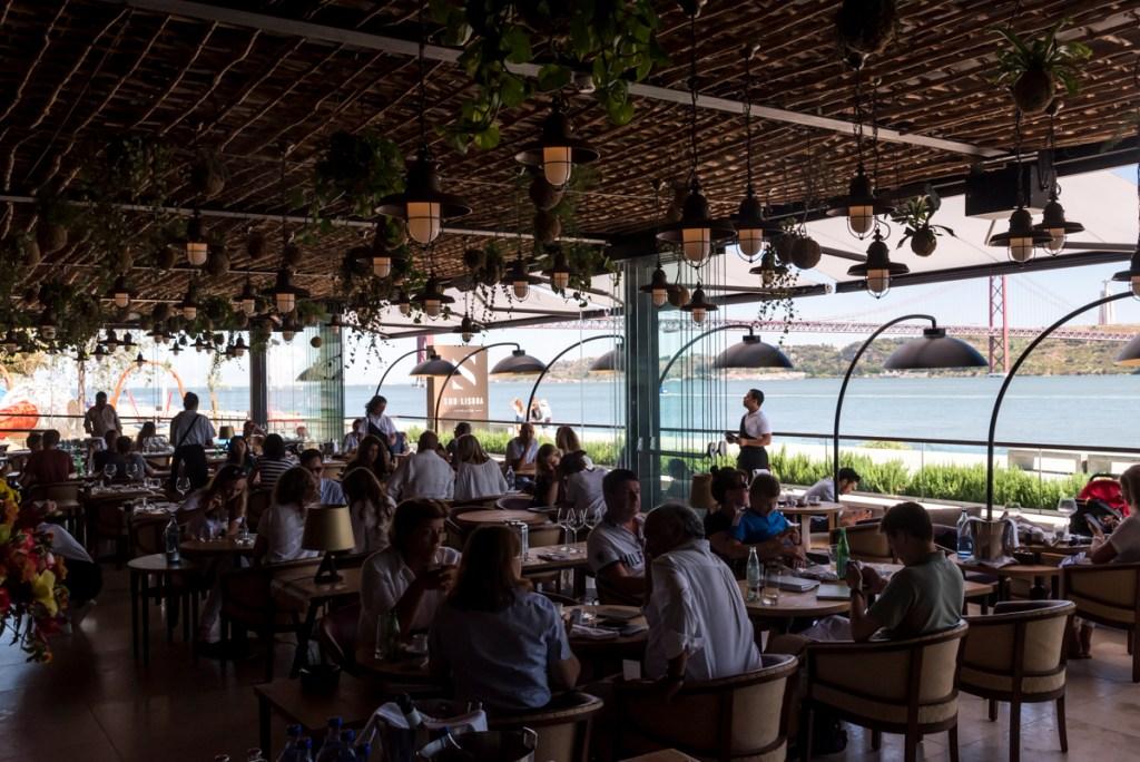 O restaurante: jardim suspenso e o rio como companhia