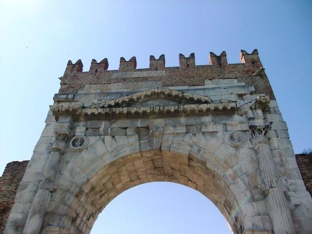 Pontos turísticos em Rimini, Itália. Arco de Augusto