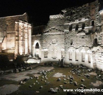O lindo Fórum de Augusto à noite.