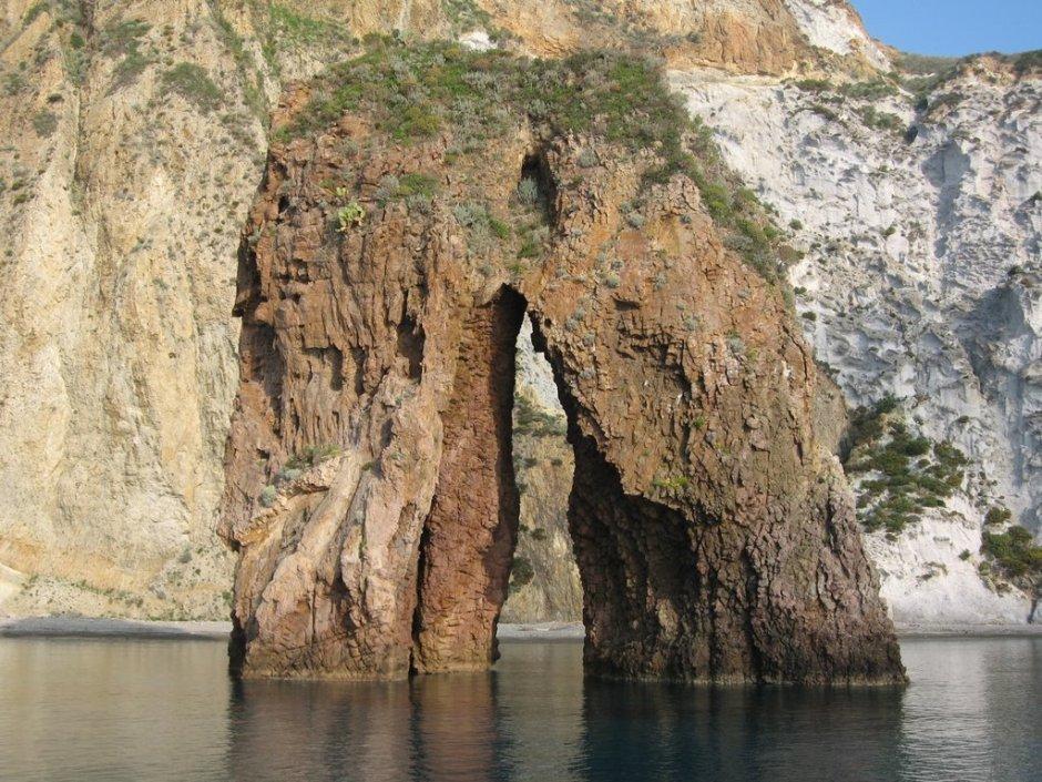 Arcos naturais mais bonitos da Itália. Arco natural em Ponza