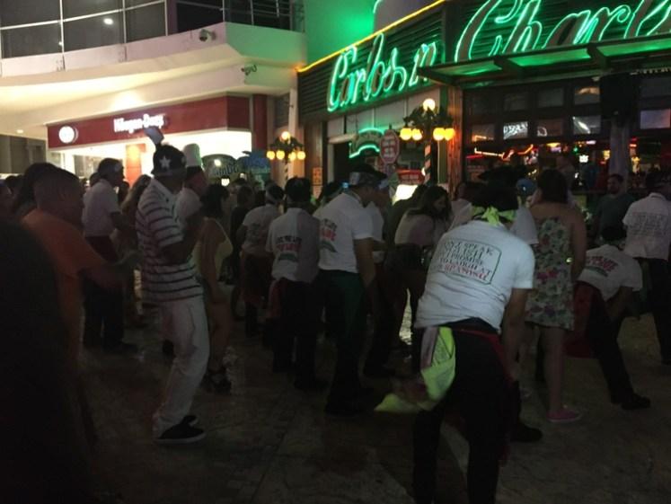 Os garçons do Carlos n Charlie's fazendo passinhos de dança no meio da rua.