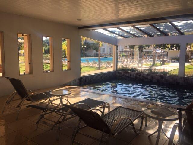 Piscina Indoor! A sauna é uma portinha ao lado que tem uma passagem direta para a piscina. Espetáculo!
