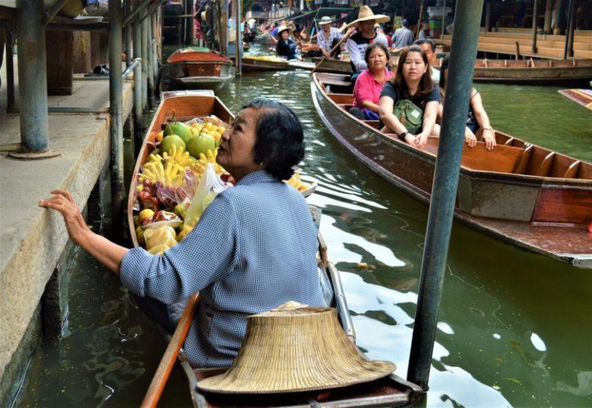 Mercato galleggiante vicino Bangkok