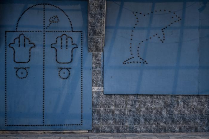 porte in legno chiodato tunisine, tutte differenti in colori e disegni che contraddistinguono lo stile di vita di ogni famiglia.