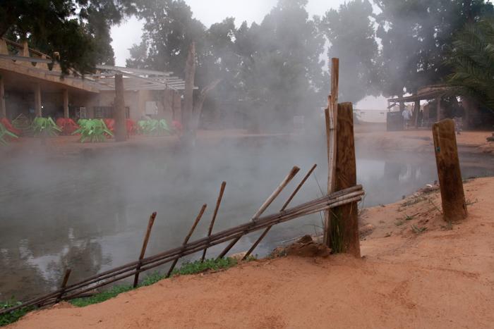l'oasi di Ksar ghilane permette di fare un bagno caldo nelle sue acque termali. Luogo attrezzato, in pieno deserto con alberghi e ristorantini tipici, semplici e golosissimi!