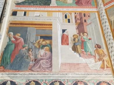 Affreschi di Benozzo Gozzoli nella cappella maggiore, scene della nascita di san Francesco, di Gesù in veste di pellegrino che bussa alla casa di Francesco e dell'omaggio dell'uomo semplice al giovane santo