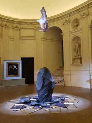 Giulio Paolini, Eco nel vuoto, e dietro Caravaggio, Narciso