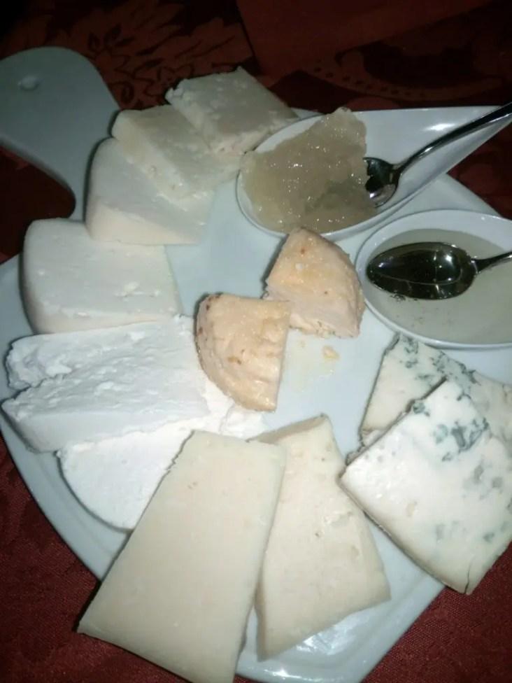 Porzione di formaggi.