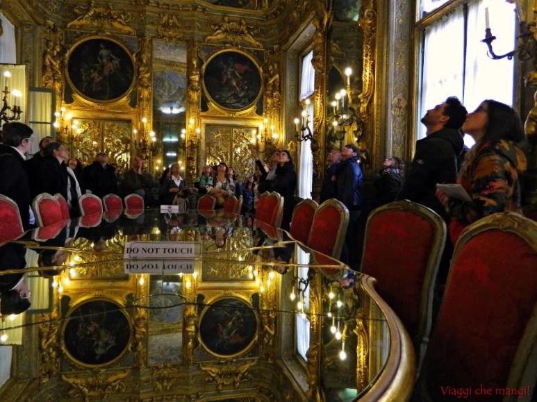 Visitatori osservano gli affreschi della Galleria Dorata di Palazzo Tobia Pallavicino.