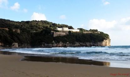 Spiaggia di Serapo, veduta su Monte Orlando.