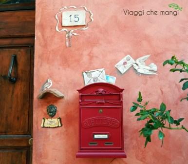 particolare di una buca delle lettere nel borgo di certaldo.