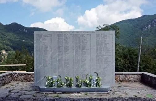 Stele in ricordo della strage di Sant'Anna di Stazzema, uno dei luoghi da visitare in versilia.