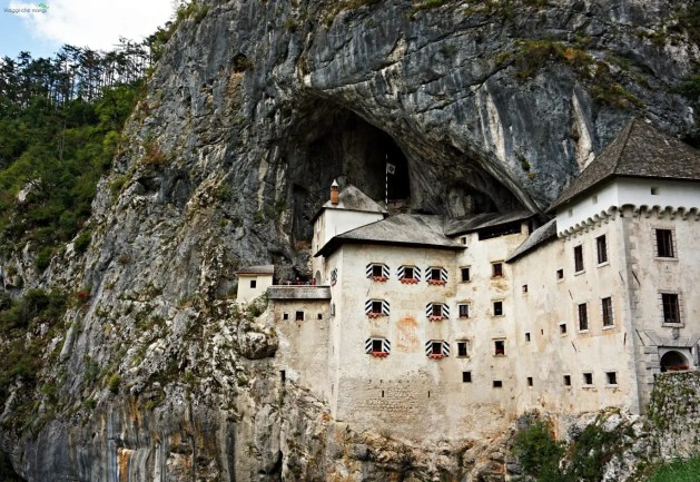 Il castello di predjama nasconde una delle grotte magiche della slovenia.
