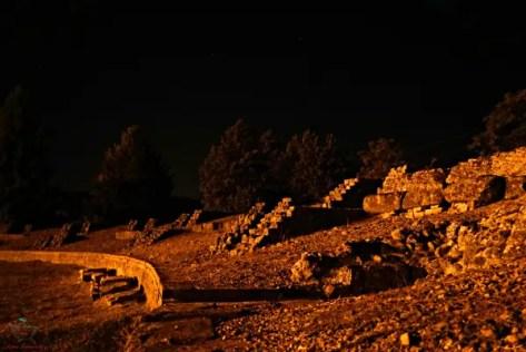 l'anfiteatro dell'antica libarna di notte.
