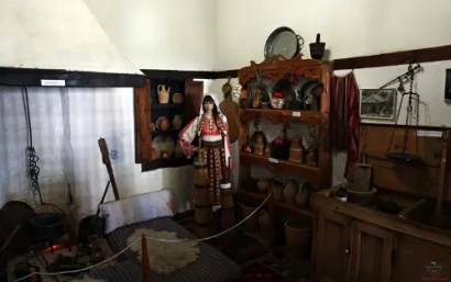 La cucina del Museo Etnografico di Krujë, una delle città da visitare in Albania.