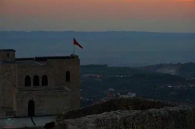 tramonto su kruje, una delle città da visitare in albania.