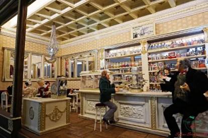 Ricostruzione di un caffé piemontese in mostra al forte di Gavi, una delle cose da fare in provincia di alessandria.