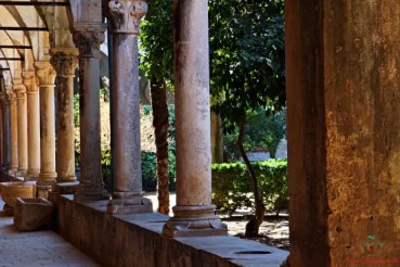 Le colonne dell chiostro del monastero benedettino dell'isola di Lokrum è uno dei luoghi del trono di spade in croazia.