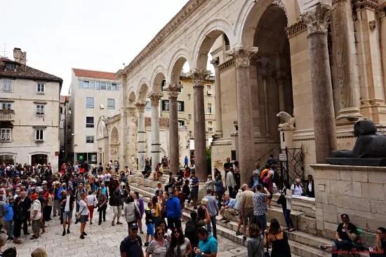 cosa vedere a spalato: il peristilio del palazzo di diocleziano.