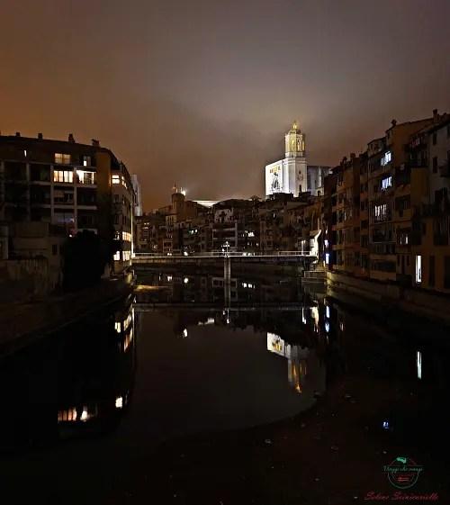 La Cattedrale di Girona in lontananza, di notte.