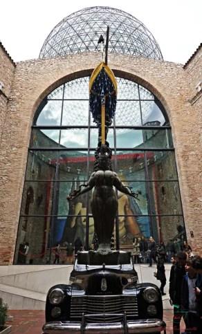 Cortile interno del Teatro Museo Dalì a Figueres.
