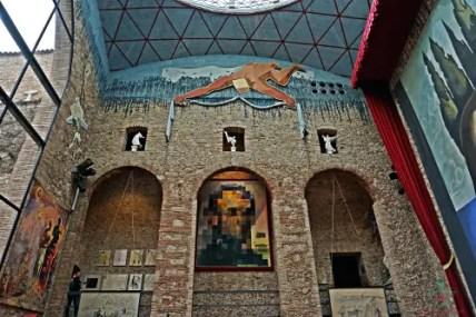 al teatro museo dalì è conservato un quadro che rappresenta Gala e Lincoln a seconda della prospettiva.
