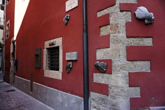 Le mosche di San Narciso, una delle leggende di girona, sono raffigurate in un vicolo della città.