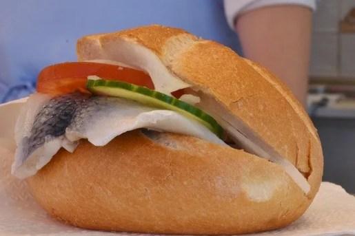 cosa mangiare ad Amsterdam: il panino con l'aringa.