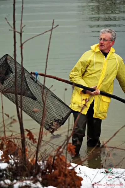 un uomo pesca la tinca di poirino in un invaso.
