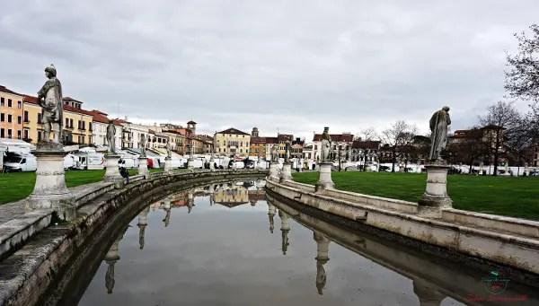 Cosa vedere a Padova in due giorni: Il mercato di Prato della Valle.