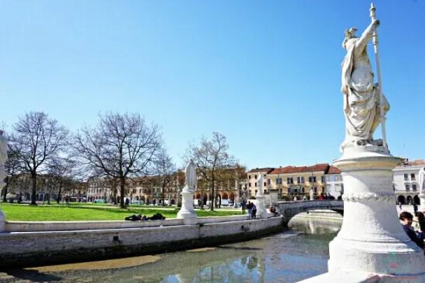 Cosa vedere a Padova: Prato della Valle, una delle piazze più grandi del mondo.