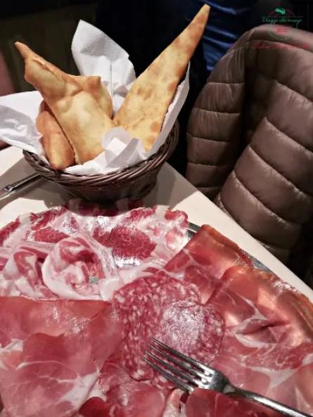 Cosa mangiare a Parma e dintorni: Salumi e torta fritta.