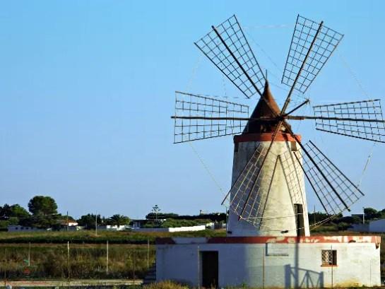 Uno dei mulini a vento delle saline tra Marsala e Trapani.