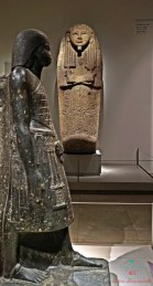 Statue e sarcofaghi conservate all'interno del museo egizio di torino.