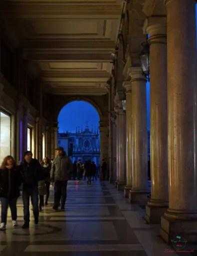 Se vuoi sapere cosa fare a torino, una delle cose migliori è quella di passeggiare sotto i portici della città.