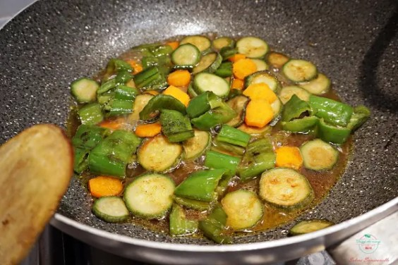 La padella con le verdure condite con le spezie.