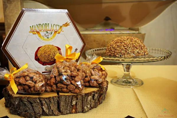 Uno dei prodotti pugliesi che devi assaggiare a Ruvo di Puglia è il Il Mandorlaccio della Pasticceria Berardi.