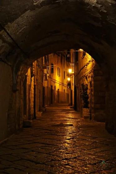 Un vicolo di Trani, cittadina da visitare nei dintorni di Ruvo di Puglia.