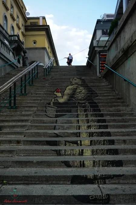 Una delle cose da fare a Zagabria è andare al mercato di Dolac per vedere un bellissimo esempio di street art.