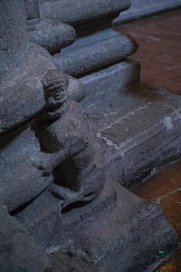 Il Diavoletto sulla colonna a destra dell'altare della Chiesa di San Pietro in Ciel d'Oro.