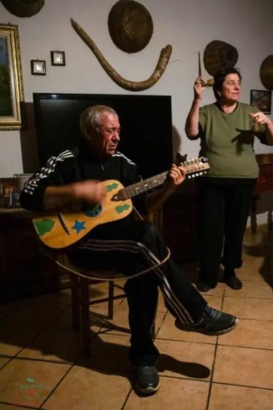 Nicola Gentile e la moglie suonano la musica della tradizione di Carpino.