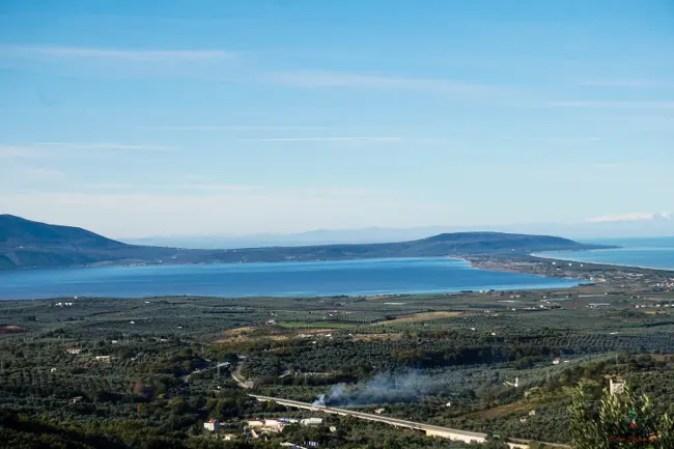 Gargano cosa vedere: Panorama sul Lago di Varano da Ischitella.